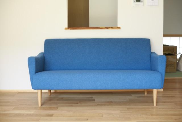 青いソファー